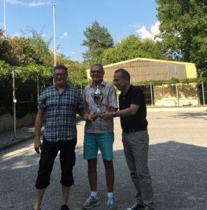 So sehen Sieger aus: Roland Schlatter, Hansruedi Räber und Christian Ritzmann (VC Kanti-Vorstandsmitglied)