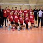 Die elf Spielerinnen des VC Kanti und der Staff nach dem ersten Training in Zagreb.