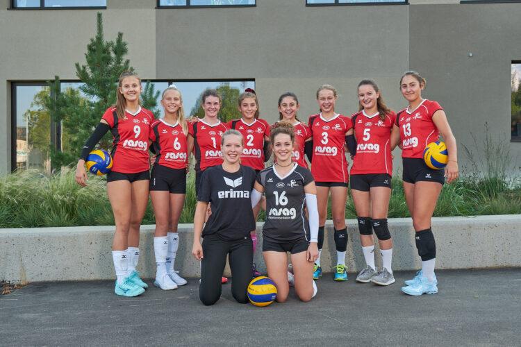 Die Mannschaften der Breitensportabteilung des VC Kanti Schaffhausen stellen sich beim Breiteschulhaus für die Mannschaftsfotos der Saison 2019/20 auf. patrickstoll.ch